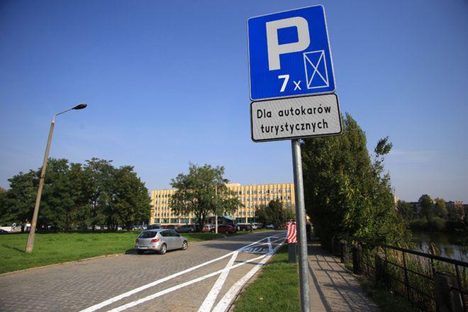 Nowy parking dla autokarów powstał w centrum. Turyści wysiądą też przy kładce
