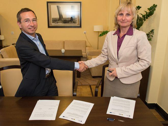 Zdjęcie z podpisania porozumienia z wrocławskim ZIT-em przez Monikę Kwil-Skrzypińską, dyrektor Dolnośląskiego Wojewódzkiego Urzędu Pracy oraz Macieja Bluja, wiceprezydenta Wrocławia.