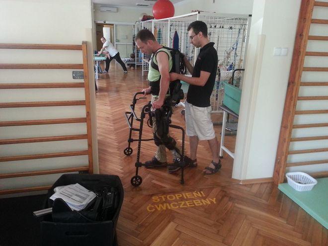 Tak wygląda rehabilitacja z egzoszkieletem