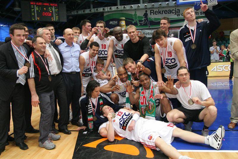 Drużyna Śląska Wrocław z medalami za 3. miejsce w sezonie 06/07 - ostatni sukces dawnego Śląska.