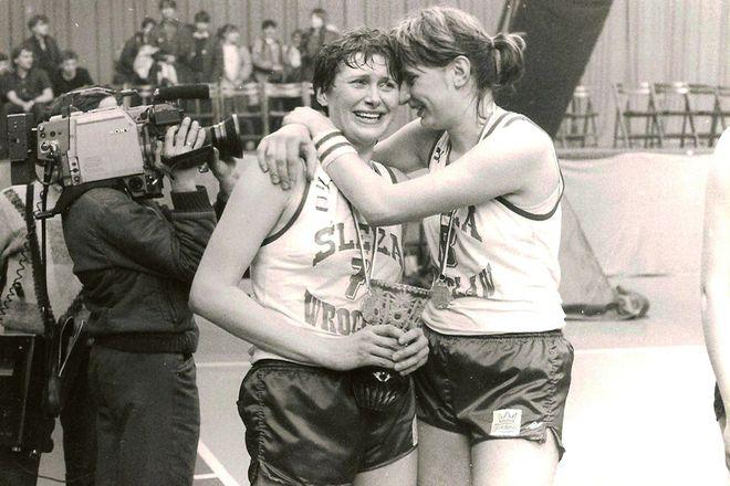 Łzy radości na twarzach koszykarek - Marioli Pawlak-Marzec i Teresy Kępki-Swędrowskiej - po zdobyciu mistrzostwa Polski (1987 r.)