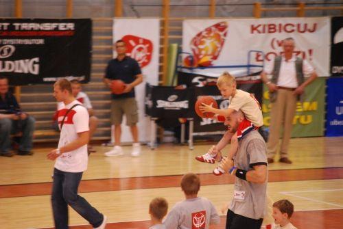 Marcin Gortat podczas swoich campów przybliża dzieciom i młodzieży podstawy koszykówki.