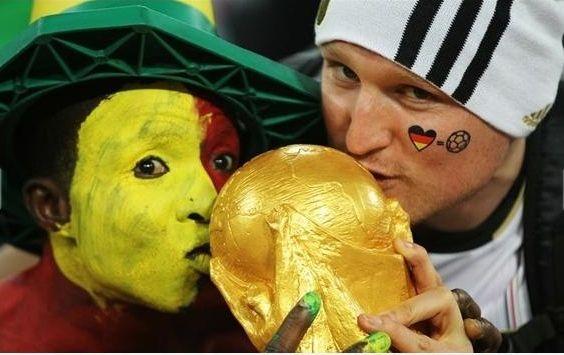 Na wypadek przegranej w zbliżającym się spotkaniu z Argentyną kibice z Niemiec masowo kupują repliki trofeum Mistrzostw Świata by nie wracać do kraju z pustymi rękami.