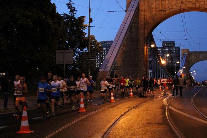 Na trasie nocnego biegu stanie rekordowa liczba 10 tysięcy biegaczy.