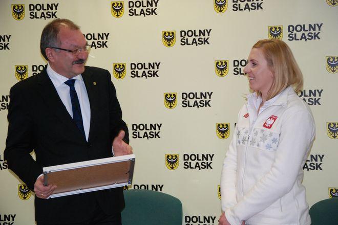 Marszałek Cezary Przybylski i medalistka Natalia Czerwonka
