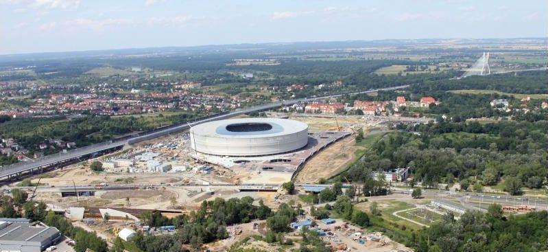 Budowa stadionu się przeciągnęła, ale arena powstała. Na sąsiedniej działce nadal jest dziura i szybko się nic nie zmieni