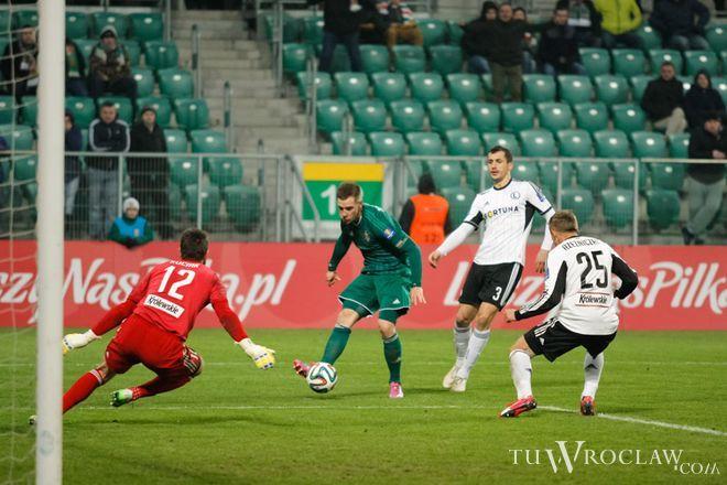 W meczu z Cracovią Tomasz Hołota (drugi od lewej) strzelił gola dla Śląska, ale sędzia go nie uznał. Czy w meczu z ''Jagą'' będzie miał więcej szczęścia?