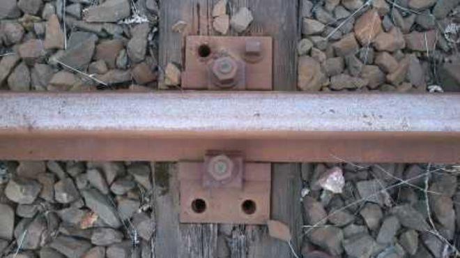 Działalność mężczyzn polegała na wykręcaniu śrub z podkładów szyn na trasie czynnych szlaków kolejowych