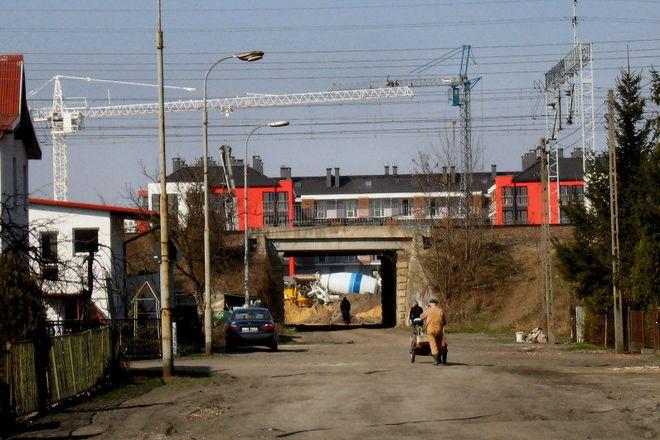 Widok z ulicy Pawiej, przed jej remontem, w stronę łącznika z ulicą Kukuczki