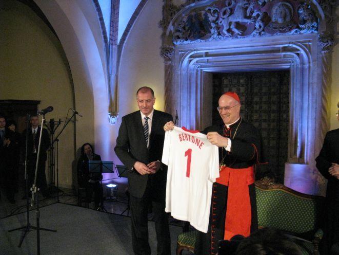 Kardynał Bertone dostał od prezydenta Wrocławia koszulkę reprezentacji Polski ze swoim nazwiskiem.