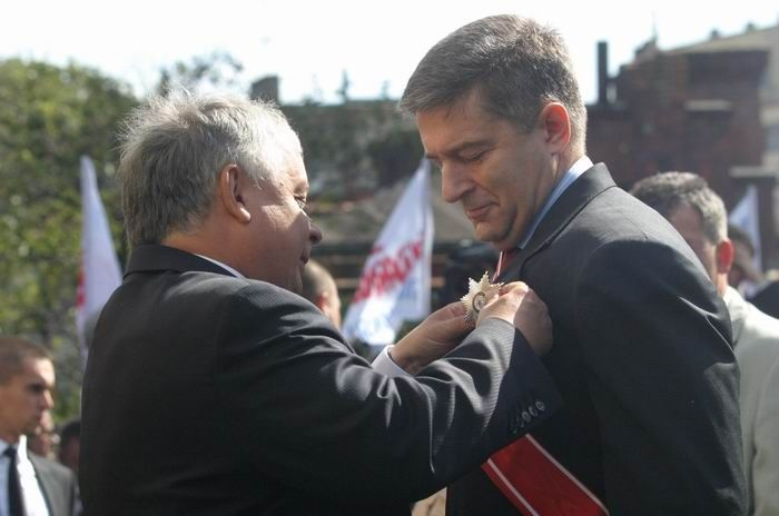 Prezydent Lech Kaczyński wręcza Władysławowi Frasyniukowi Krzyż Wielki Orderu Odrodzenia Polski z okazji 26. rocznicy wydarzeń sierpnia 1980 (31 sierpnia 2006)