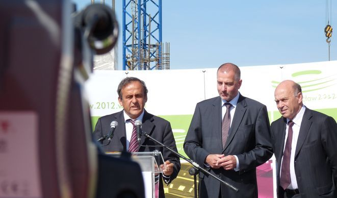 To nie jest pierwsza wizyta Michaela Platiniego we Wrocławiu. Szef UEFA regularnie albo sam sprawdza postęp prac, albo deleguje swoich ludzi do tego
