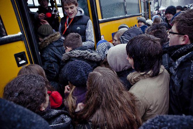 Udana próba pobicia rekordu Guinessa w ilości osób w jednym autobusie.