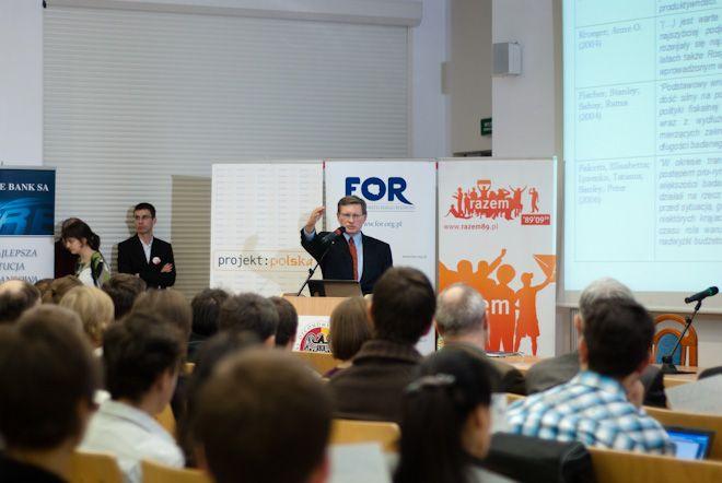 Profesor Balcerowicz prowadzący wykład.