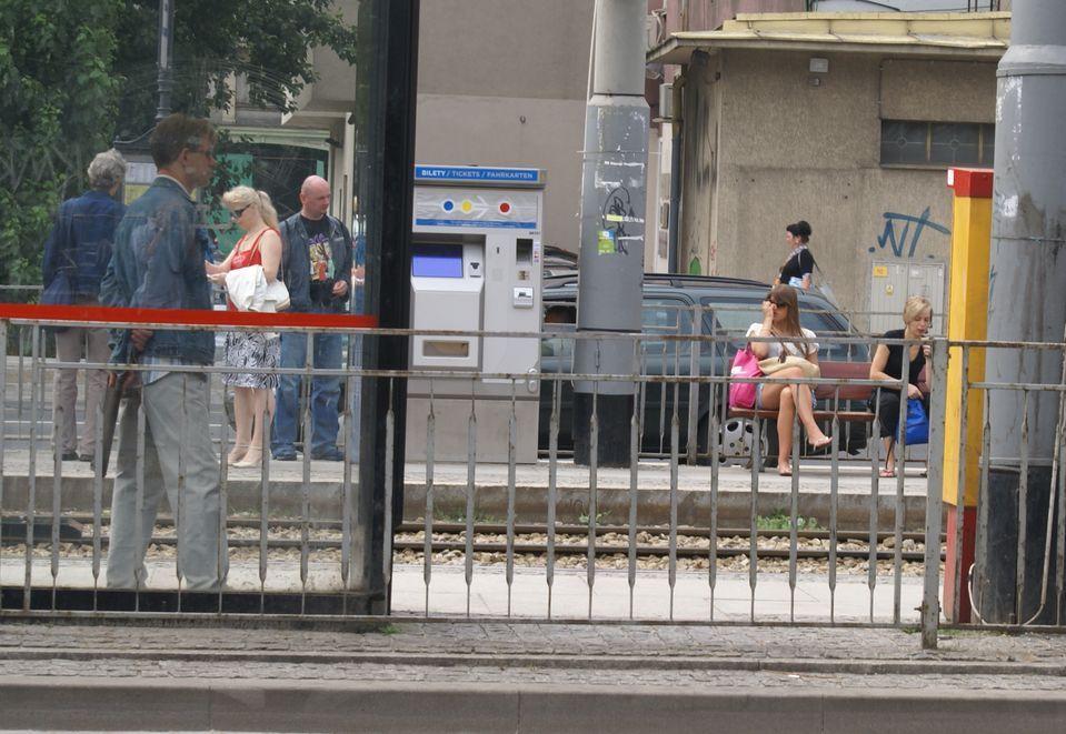 Przystanek na ul. Świdnickiej, tuż przy przejściu podziemnym. Po lewej żółto-czerwony biletomat Merony, na wprost srerbno-niebieski Mennicy.