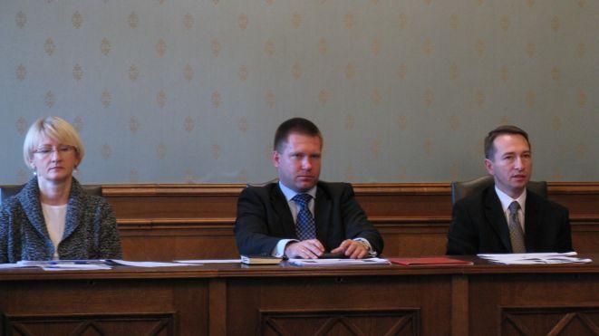 Marcin Urban (w środku) przedstawił radnym założenia budżetu na 2012 r.