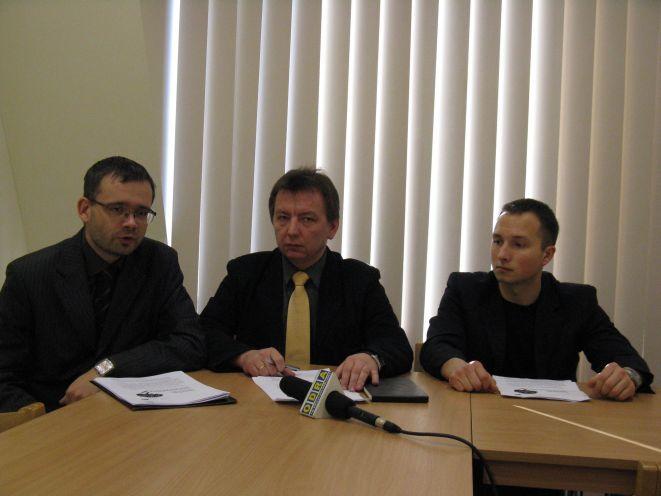 Członkowie komisji: Paweł Czuma, Dominik Golema oraz Paweł Wencel na konferencji podsumowującej projekt.