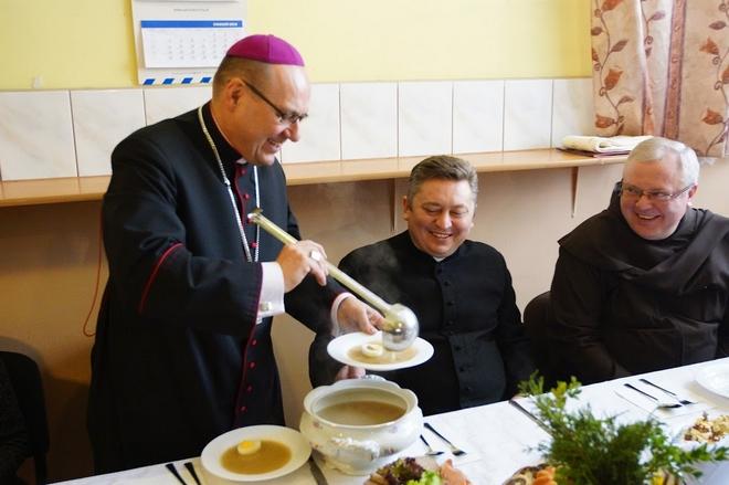 W poniedziałek wielkanocny w jadłodajni Caritas zorganizowano tradycyjne wielkanocne śniadanie