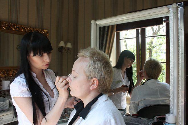 Tajniki pięknego makijażu zdradza wizażystka i kosmetolog.