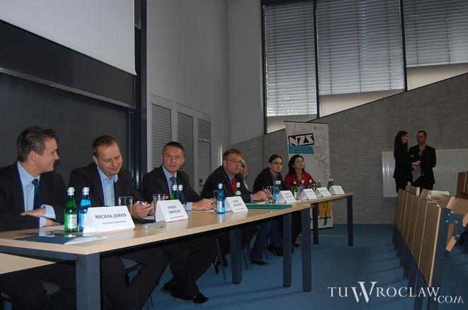 Uczestnicy debaty na UWr w komplecie