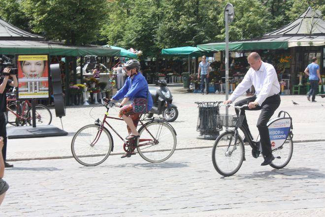 Rafał Dutkiewicz na rowerze nie jeździ - ostatnio robił to gdy ruszał rower miejski. Czy to dlatego, na rowerach wciąż oszczędza?