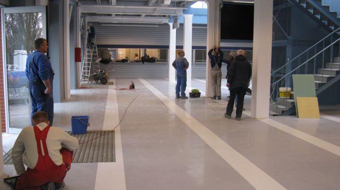 Wnętrze Dworca Tymczasowego jest jeszcze wykańczane (ok. godziny 15.00).