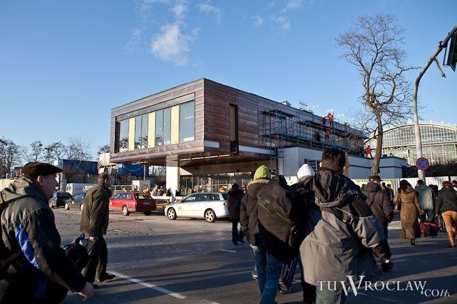 Pawilon południowy dworca zyskał już nową elewację