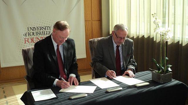 Prezes Zarządu EIT+ prof. Mirosław Miller i stojący na czele UoL prof. James Ramsey podpisują porozumienie