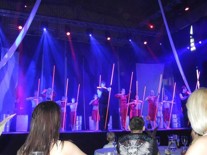 Zespołowi Flycube podczas oficjalnego otwarcia sceny w zajezdni towarzyszył Drumatical Theatre