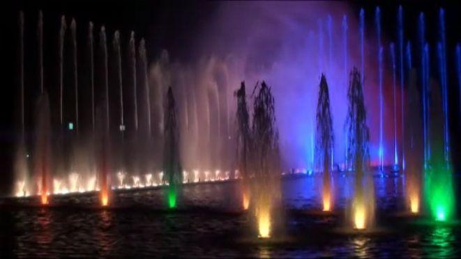 Letnie pokazy fontanny przyciagały tłumy. Lodowisko zapewne cieszyć się będzie niemniejszą popularnością, nie wiadomo jedynie kiedy zostanie otwarte.