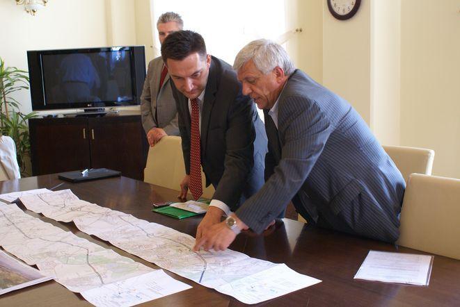 Rafał Dutekiewicz poprosił o pomoc ekspertów. Z lewej Adrian Furgalski, z prawej Zbigniew Komar.