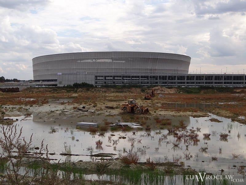 W miejscu galerii, która miała powstać obok stadionu straszy na razie głęboka dziura