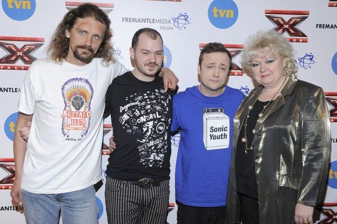 Gienek Loska z finalistami ''X Factor'' z grupy Czesława Mozila.