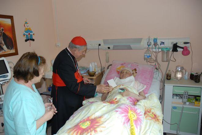 Kardynał Glemp odwiedza pacjentów na oddziałach.