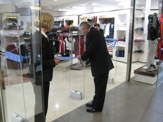 Założyciel firmy uroczyście otwiera sklep we Wrocławiu.