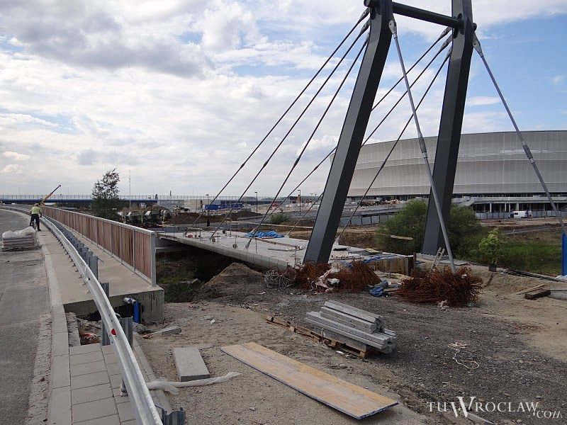 Jedyny sposób na dotarcie na stadion we wrześniu od południa to budowana wciąż kładka