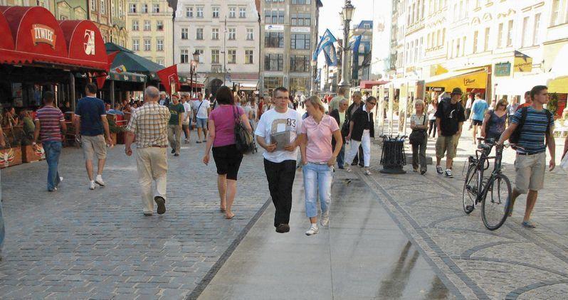Projekt Tomasza Myczkowskiego przewiduje ułożenie pasa granitowych płyt wokół Rynku.