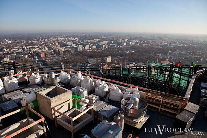 Na dachu wieżowca trwają finalne prace i przygotowania do zasiania trawy