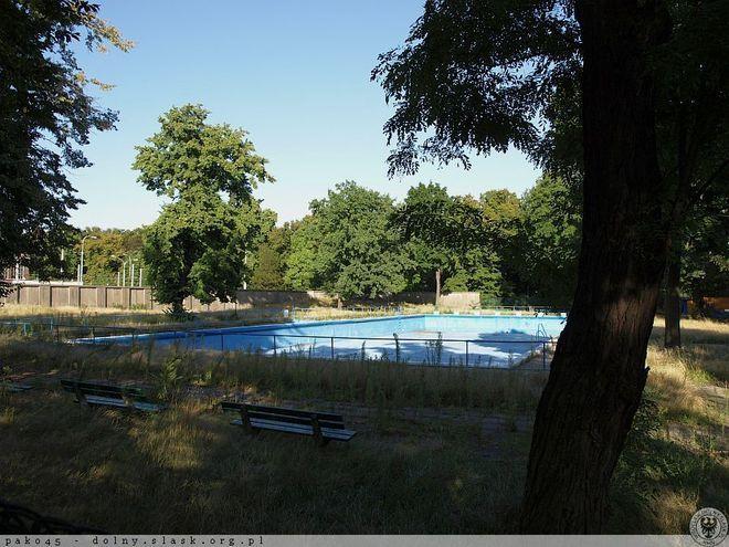 Od zamknięcia w 2008 roku basen przy ul. Ślężnej stale popada w ruinę