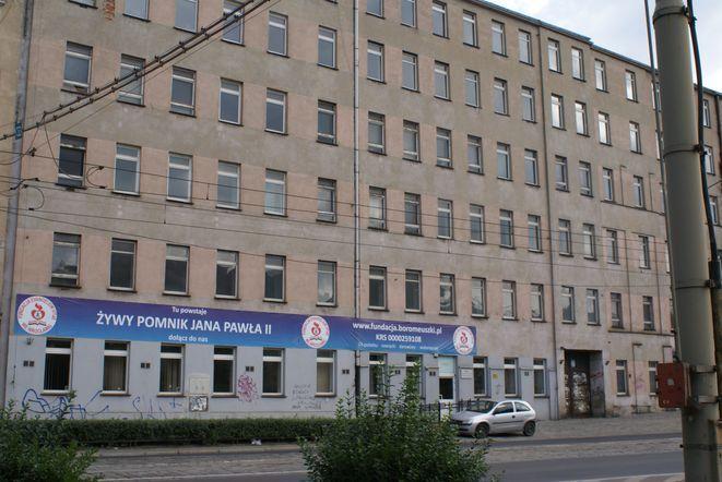Budynek po szpitalu przy ul. Pomorskiej od kilku lat stoi pusty.