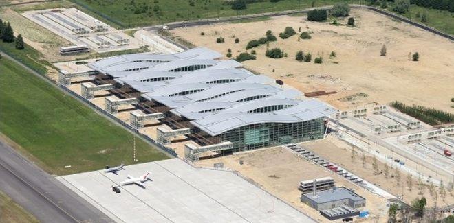 Jeszcze latem przed nowym terminalem było pole, dziś parking jest tam gotowy