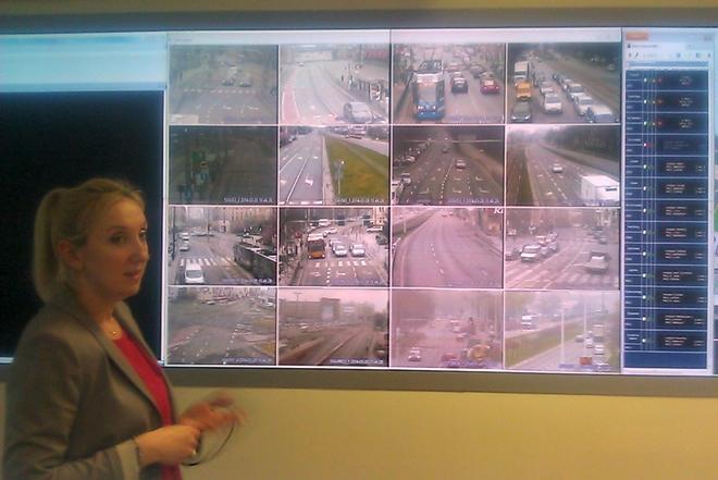 Agnieszka Hadas z magistratu prezentuje system monitoringu skrzyżowań