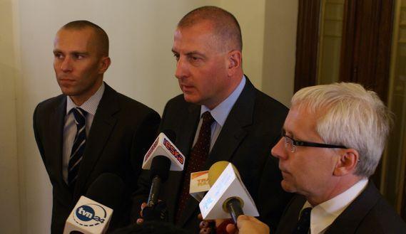 Rafał Dutkiewicz (w środku) i Michał Janicki (z lewej) na jednej z konferencji prasowych z Jarosławem Obremskim