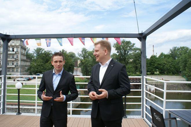 Michał Jaros (z lewej) w lipcu wraz z Krzysztofem Bramorskim z PO apelowali o budowę kładki na wyspę Słodową