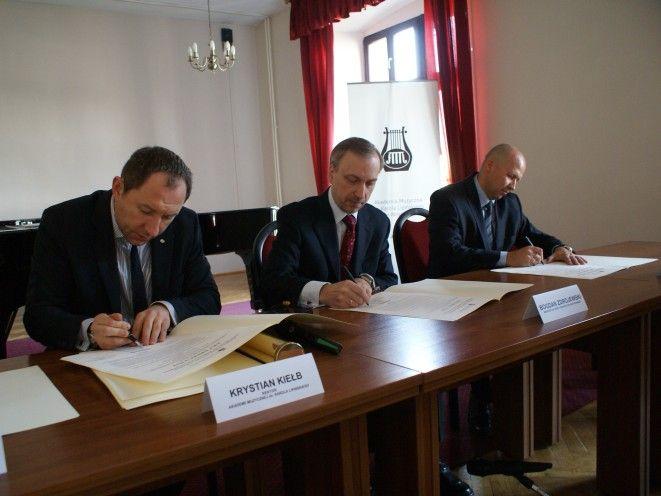 Prof. Kiełb i minister Zdrojewski podpisują akt erekcyjny.