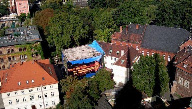 W ubiegłym roku budynek pod adresem Kanonia 9 jeszcze stał - otoczony siatką. Zdjęcie z wieży katedry.