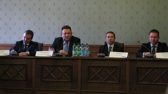 Dariusz Gajda, Mariusz Przybylski, Maciej Pluj i Marcin Urban przedstawili plan wprowadzenia karty miejskiej.