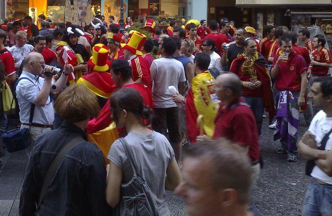 To, że kibicie sięgają po piwo przed meczem nie jest oczywiście polską specyfiką. Robili tak np. fani z Hiszpanii przed półfinałem Euro we Wiedniu
