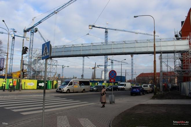 Kładka dla pieszych połączyła plac budowy galerii handlowej Wroclavia z zapleczem budowy