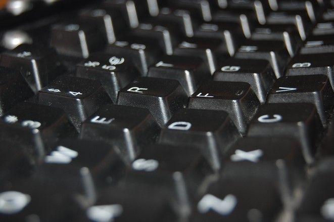 Naukowiec sprawdza, w jaki sposób ludzie piszą na klawiaturze komputera